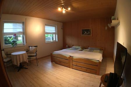 Ruhiges Gästezimmer mit eigenem Bad