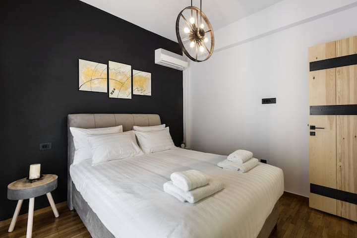Super comfortable Queen size bed to unwind after a day of strolling around Athens
