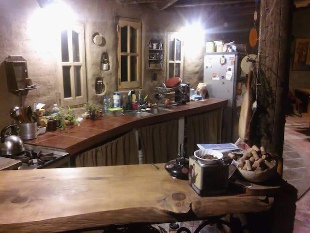 Hermosa casa de barro llena de magia y naturaleza