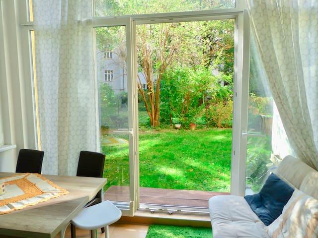 Sunny apartment close to U train station)