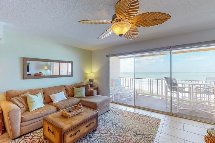 Upscale condo w/ Gulf views, moments from beach
