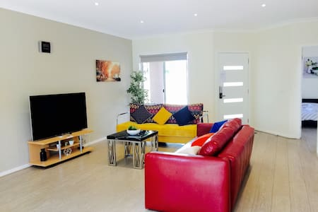 New house 3BR,5Beds,3 Car park - West Footscray - Townhouse