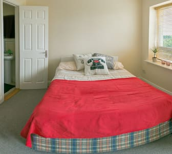 Spacious bedroom. For a longer stay - Finglas - Maison