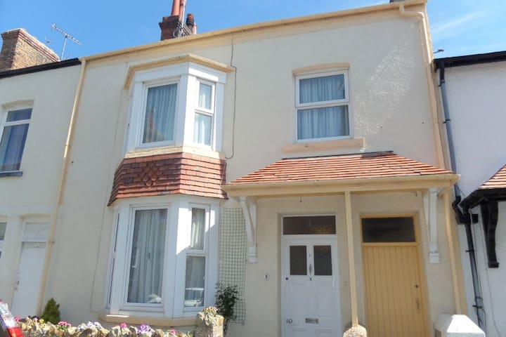 Ideally located traditional homely cottage