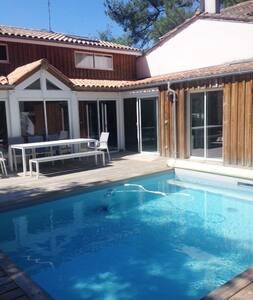 Lumineuse villa avec piscine centre cap ferret