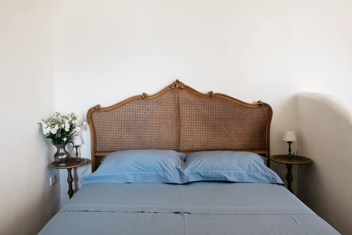 Beautiful antique bed  with 100% made in Italy linens