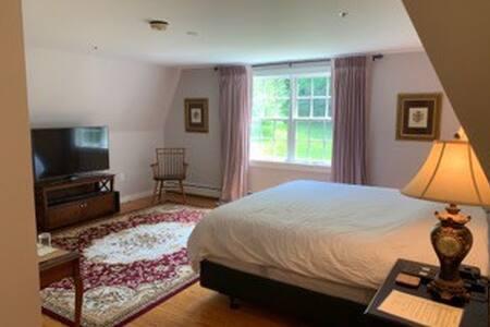 Chase House Inn - Gideon Welles Room