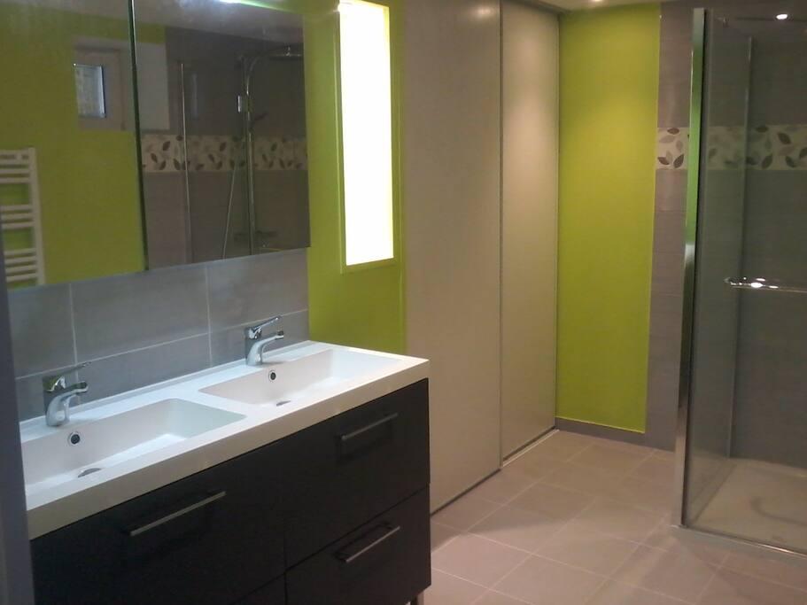 Salle d'eau avec douche 120 x 90, sèche serviettes, sèche cheveux et linge de toilette fourni, lave linge et sèche linge