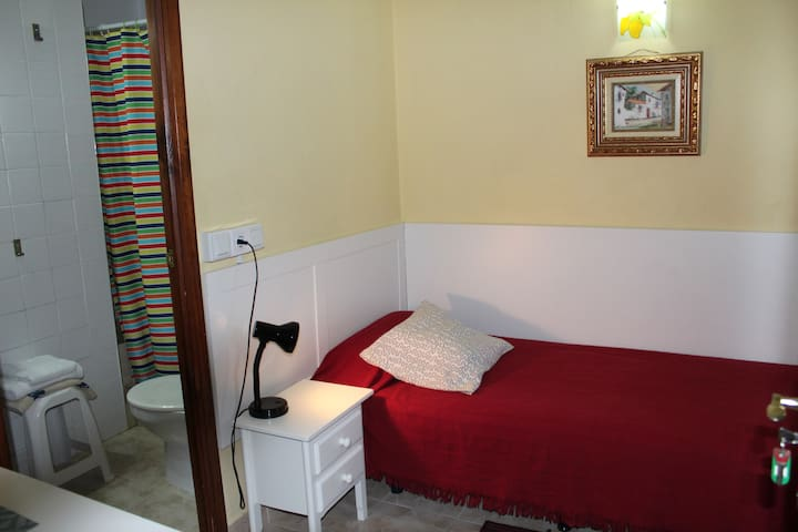 Private SINGLE room, air conditioning, tv ,fridge