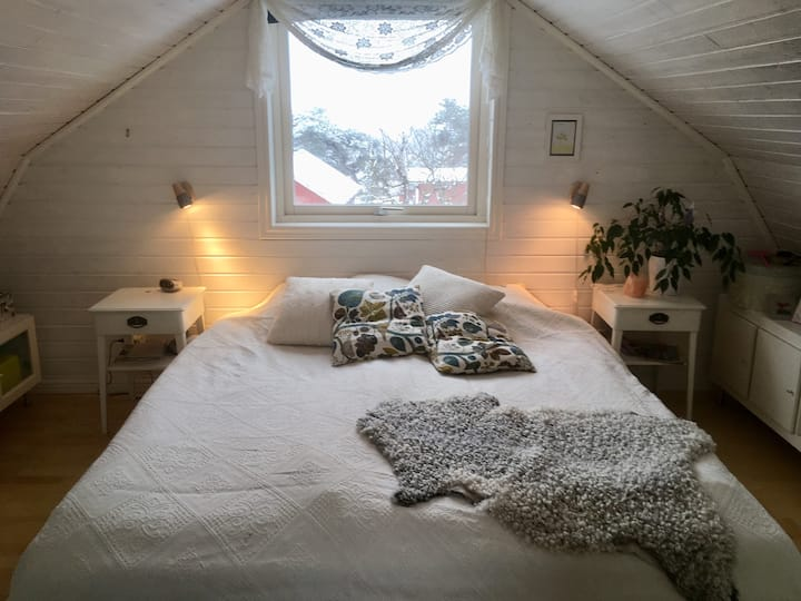 Rum i lantligt hus, nära hav o storstad uthyres.