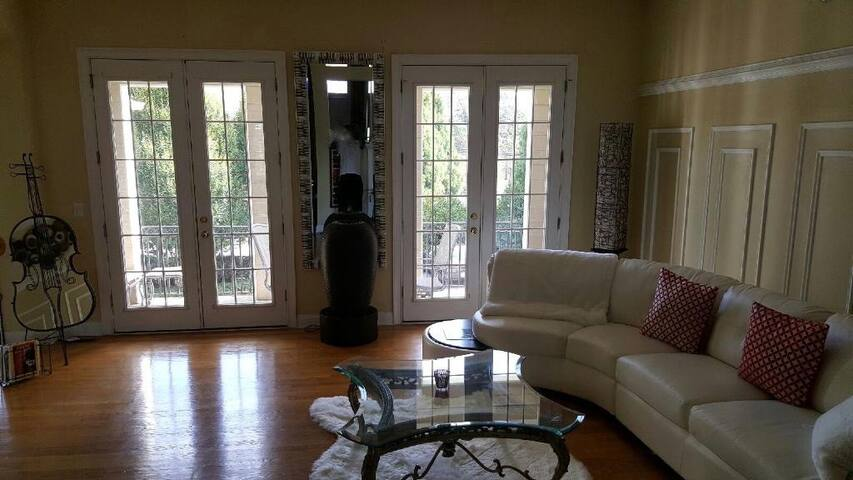 Room in Luxury Townhome private Bth