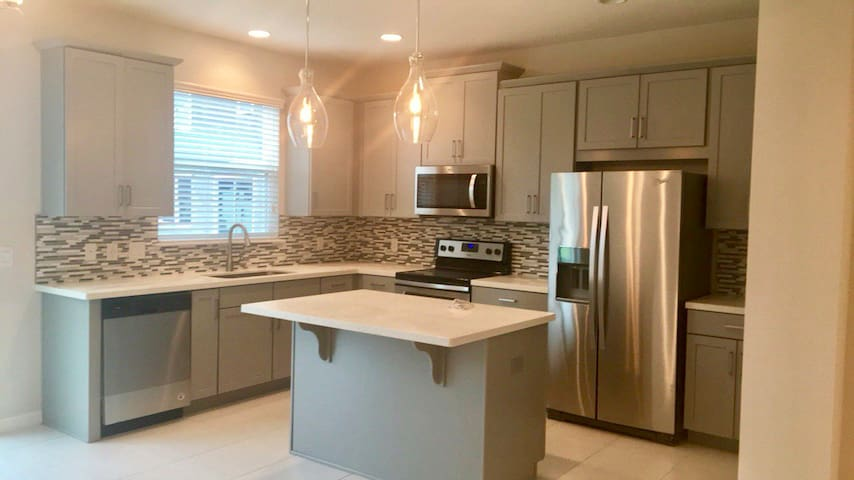 New townhouse 5min from MCO! ~20min to downtown