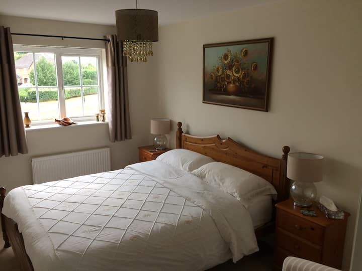 Luxury room in a quiet house, 5 mins from M1