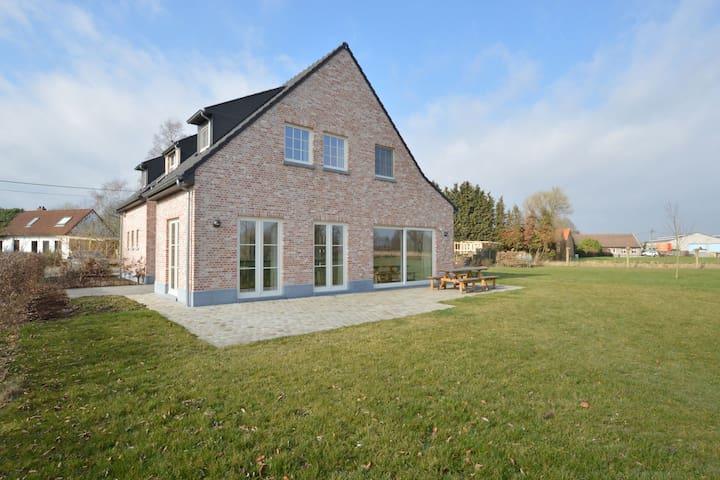 Espaciosa casa de vacaciones en Sint-Amands con vistas al jardín