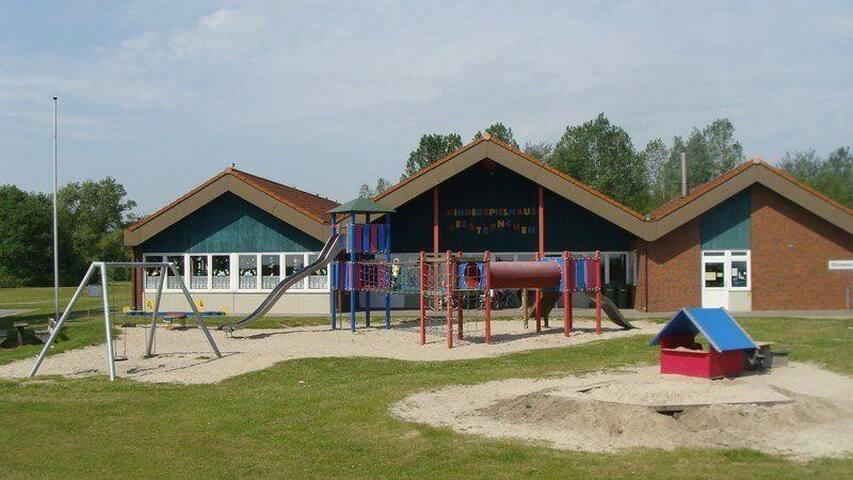 Kinderspielhaus am Strand