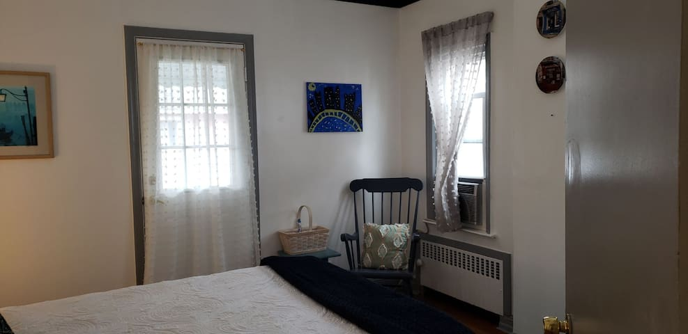 RM#1-Blue room w/balcony NYC/Airport