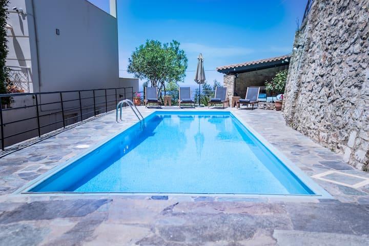Charmful 4bdr villa with stunning views,pool, BBQ!