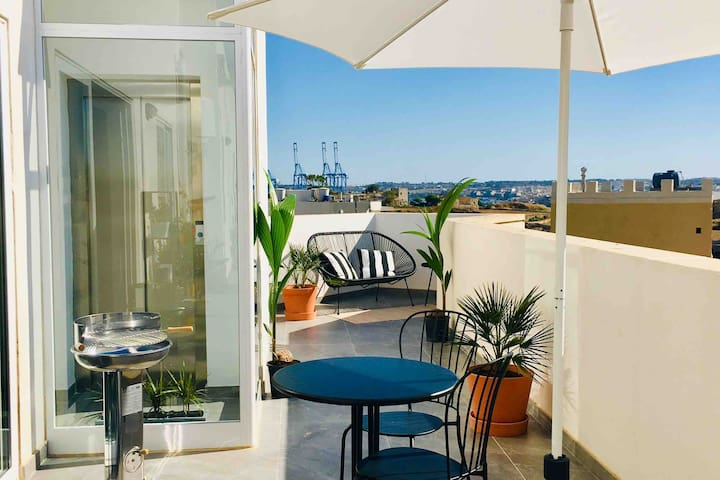 Bright Penthouse, charming location Rooftop Views