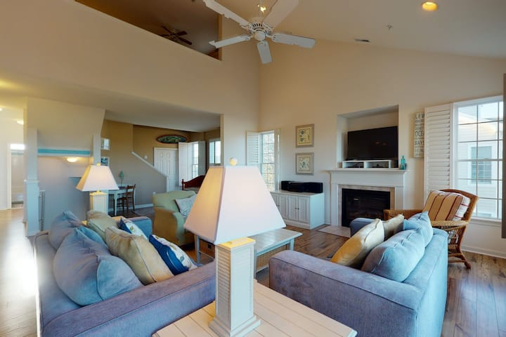 Bear Trap Dunes 2nd-floor, lakefront condo w/ pool and free WiFi - 1 dog OK!