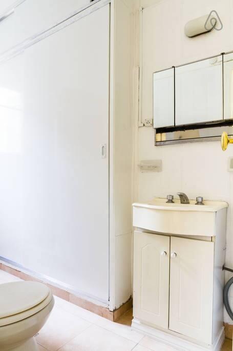 Bathroom with confotables placards