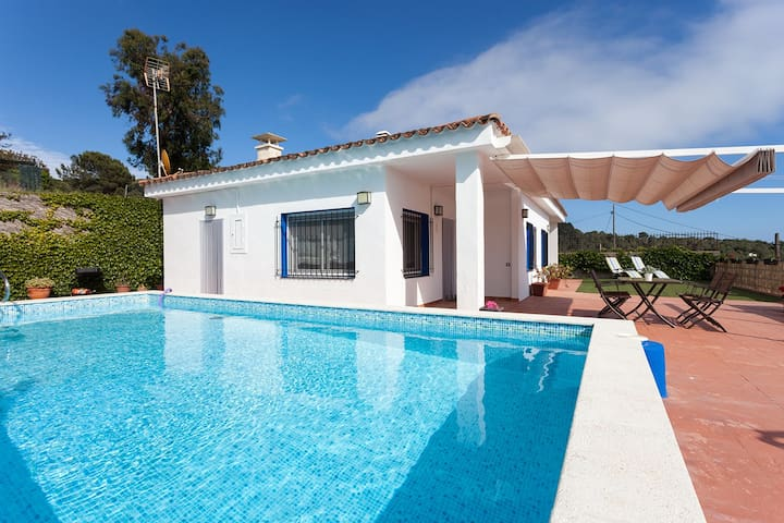 SANT POL DE MAR - ISOLATED AND INTIMATE - House with private pool 5 minutes from the beach - close to the PITCH and PUTT