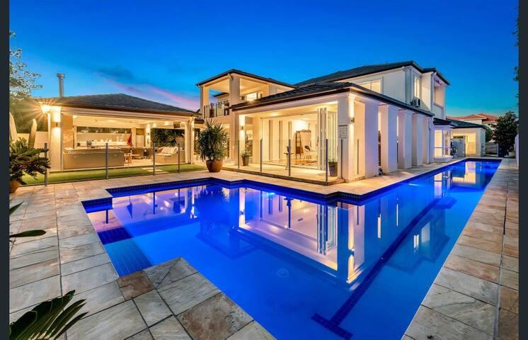 LUXURY LIVING Huge Resort Home, 25m Lap Pool!