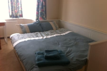 Spacious Double with Free Parking - Luton - Haus