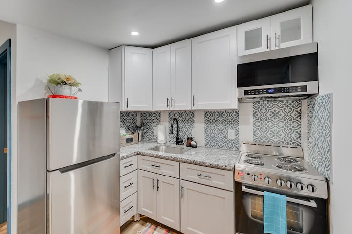 Cozy, Vibrant, Private Uptown apt w/ Smart TV