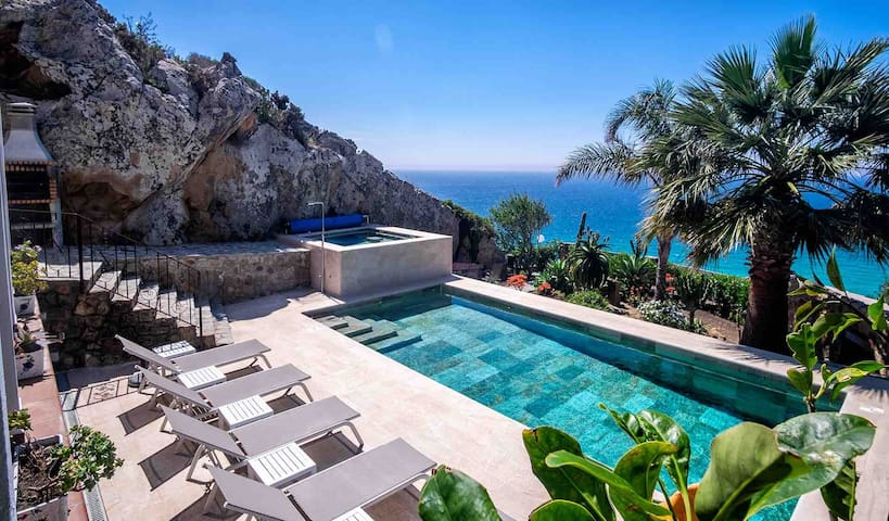 Luxury Villa- Jacuzzi, Pool, Stunning Sea Views!