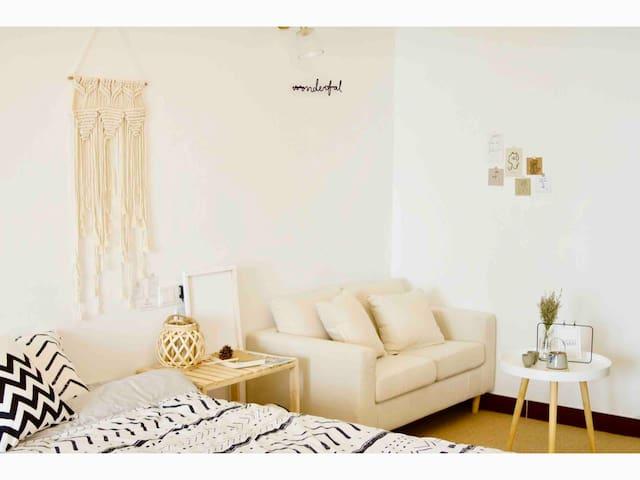 [白屿民宿]ins风·家庭影院·白色原木风·位于安泰国际广场  大学城  万象汇附近