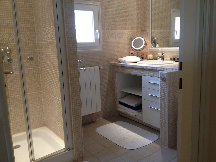 grande chambre lumineuse en b b proche d 39 avignon chambres d 39 h tes louer villeneuve l s. Black Bedroom Furniture Sets. Home Design Ideas