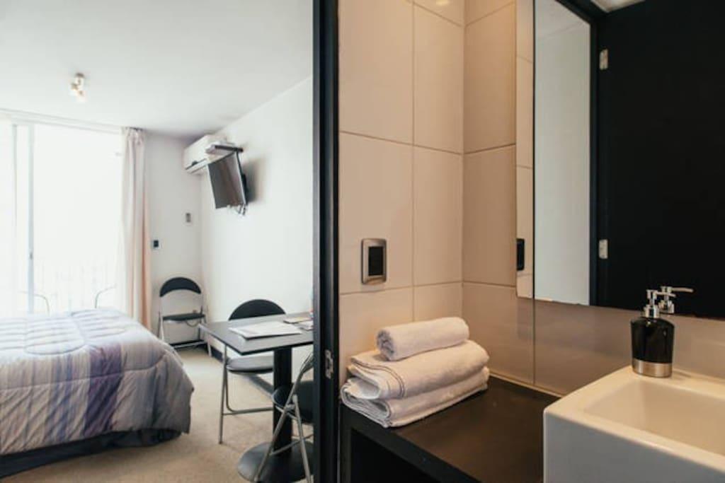 Baño 1 completo con tina. Bathroom 1 with tube.