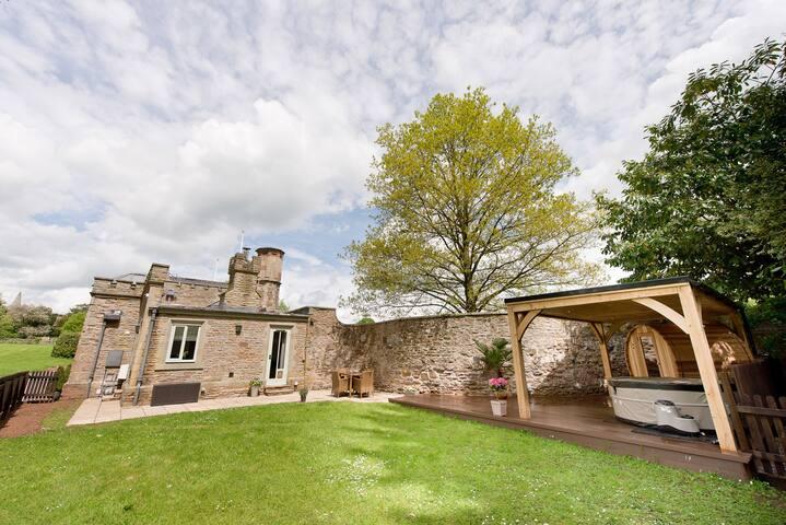Gatehouse Adam Lodge