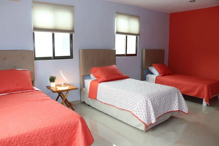Recamara 4 amplia recamara para 3 huéspedes, planta alta,3 camas individuales