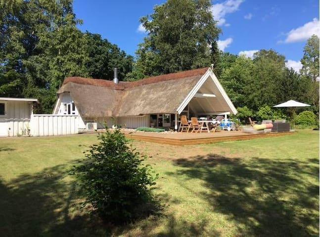Sommerhus med tennisbane og tæt ved stranden