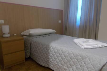 Qui presentata con letto singolo, normalmente la stanza ha un letto matrimoniale, come nella foto successiva