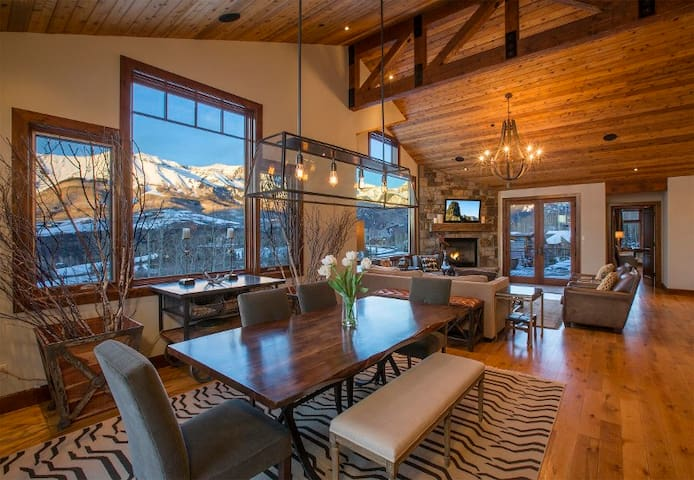Stylish Mountain Retreat with Big Mountain Views, Close to the Ski Lifts & the Telluride Golf Course