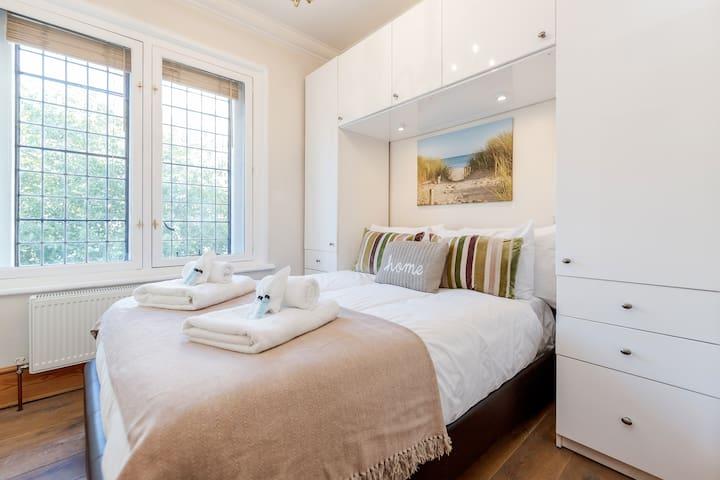 Modern Covent Garden flat sleeps 4-6 T4