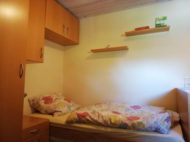 Ein gemütliches Zimmer für eine Person.