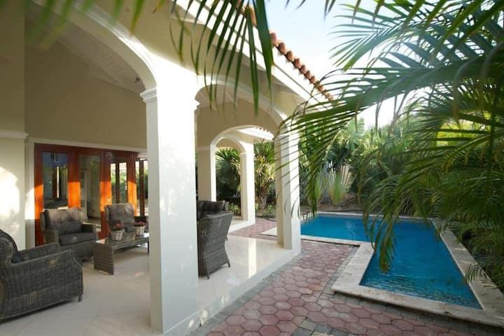 Zen City - Two grand villas, 1 pool - 8 guests