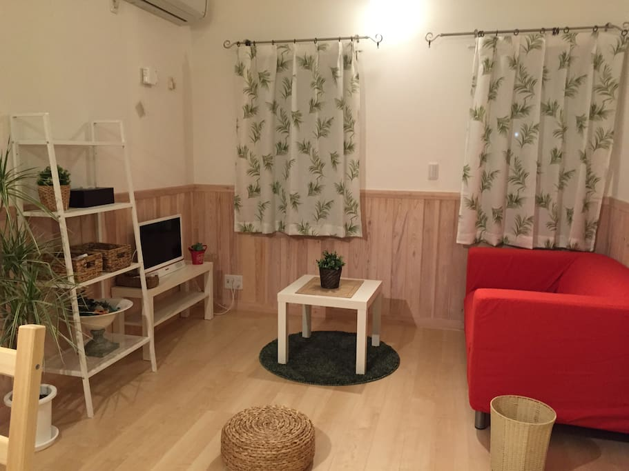 It is a bright and stylish room with wood panel on the floor and wall.  床と壁に木を使った明るくてお洒落なお部屋です。