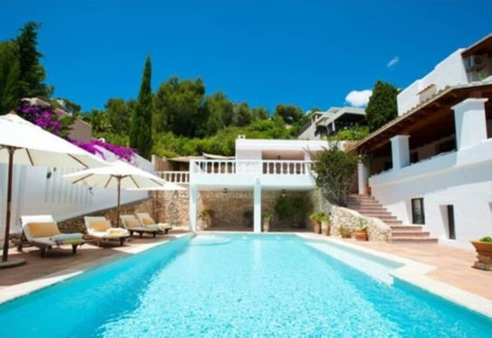 Fantastic Holiday Home with Sea View, Pool, Terrace, Garden and Wi-Fi