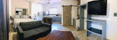 LOCATION x3!!! Studio #5. King size bed. AC.WiFi.