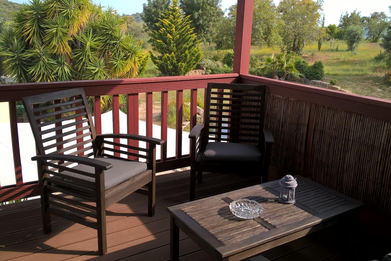 Unsere Ferienwohnung hat eine kleine private Terrasse: Natürlich mit Blick ins Grüne.