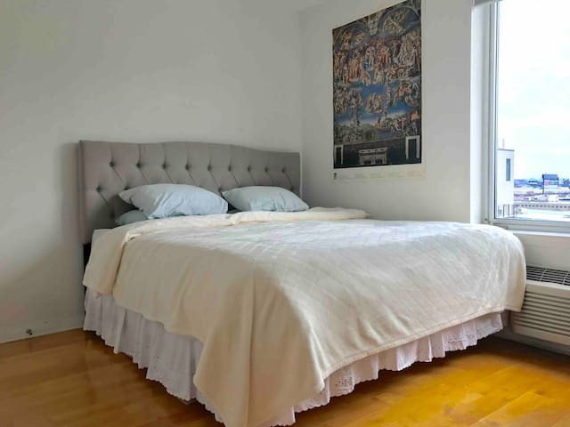 Spacious bedroom, king size bed with very comfortable Tempurpedic mattress