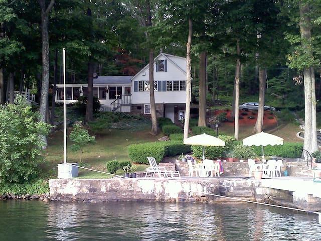 Charming lakeside home - Danbury - House
