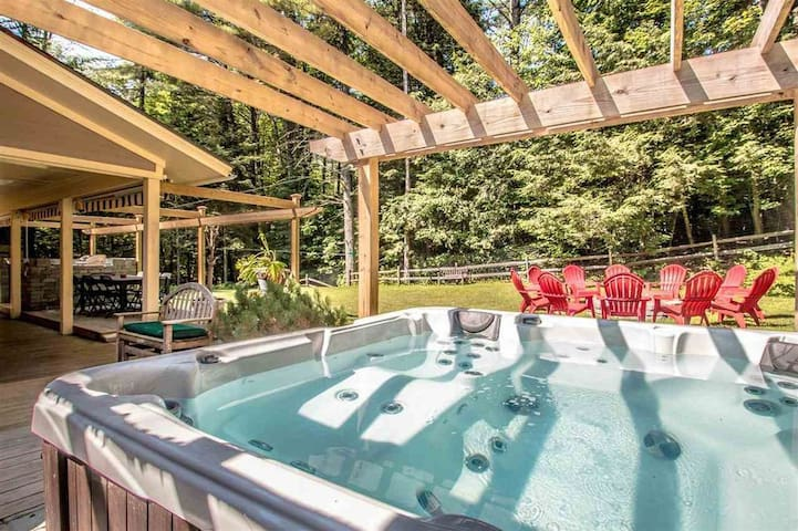 Best backyard in N Conway w/ hot tub, game room...