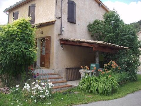 La maison près de la fontaine en Haute Provence