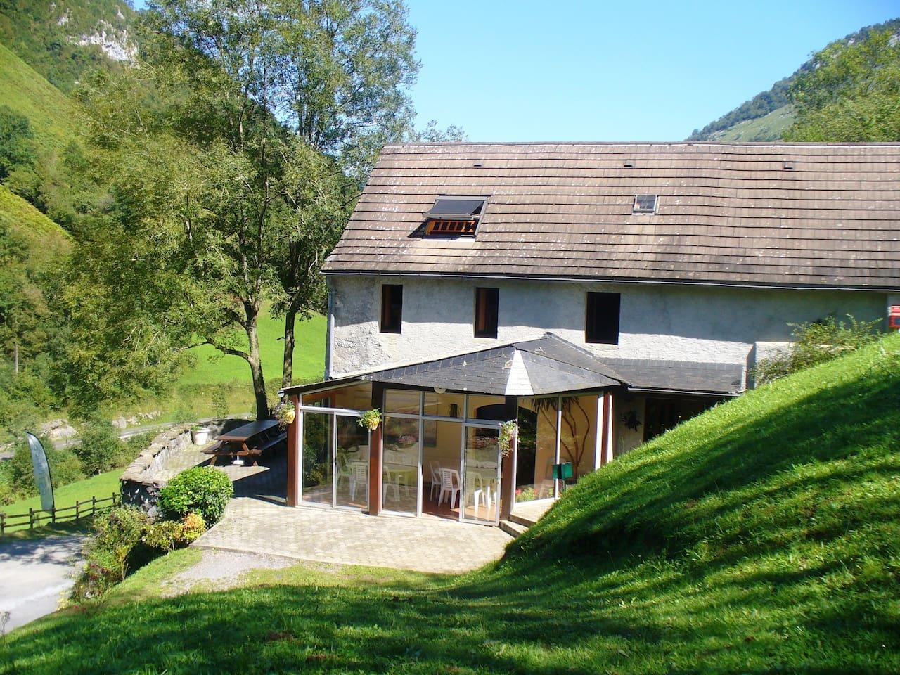 La Grange, longeant le gave de Lourdios-Ichère, entourée par les montagnes environnantes