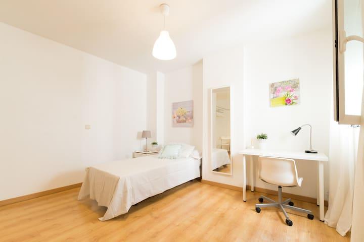 Habitacion grande con vestidor TEMPLO DE DEBOD